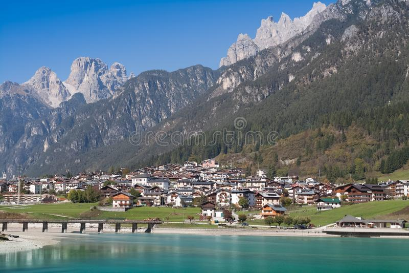 Mening van Auronzo Di Cadore en Meer Santa Caterina Lake Misurina en het Dolomiet stock foto's