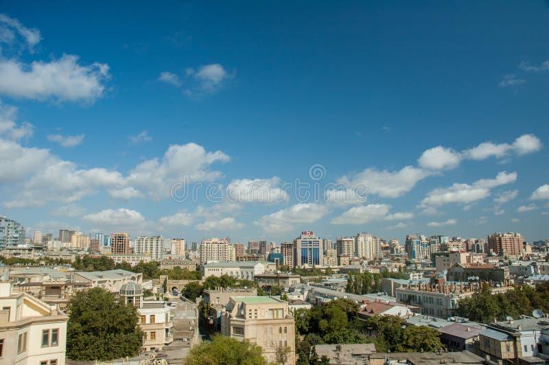 Mening van Baku Azerbaijan op helder stock afbeelding