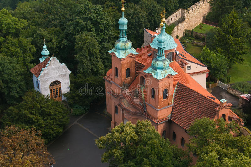 Mening van Barokke en Gotische stijlkerk van St Vavrinec, Praag stock foto's