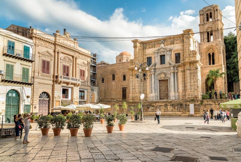 Mening van Bellini-Vierkant met toeristen die die de Santa Maria-dell ` Ammiraglio Kerk bezoeken als Martorana-Kerk in Palermo wo royalty-vrije stock afbeeldingen