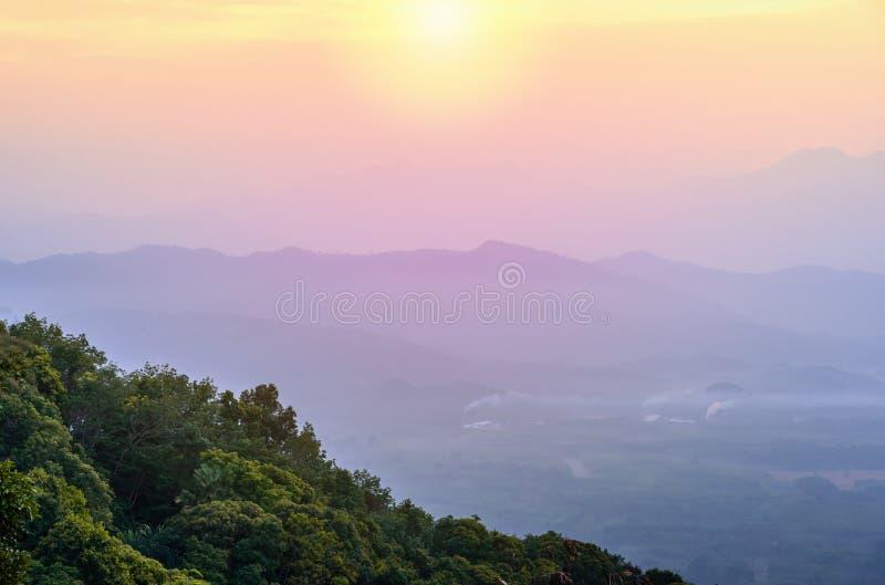 Mening van berg met mist en kleur van de kleurenstyl van de zonsopgangfilter royalty-vrije stock afbeeldingen