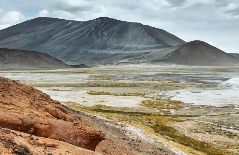 Mening van bergen en Aguas calientes of het zoute Meer van Piedras rojas in Sico-Pas stock afbeelding