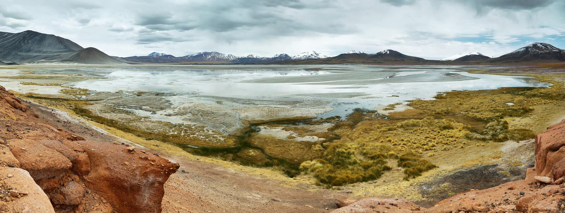 Mening van bergen en Aguas calientes of het zoute Meer van Piedras rojas in Sico-Pas royalty-vrije stock afbeeldingen