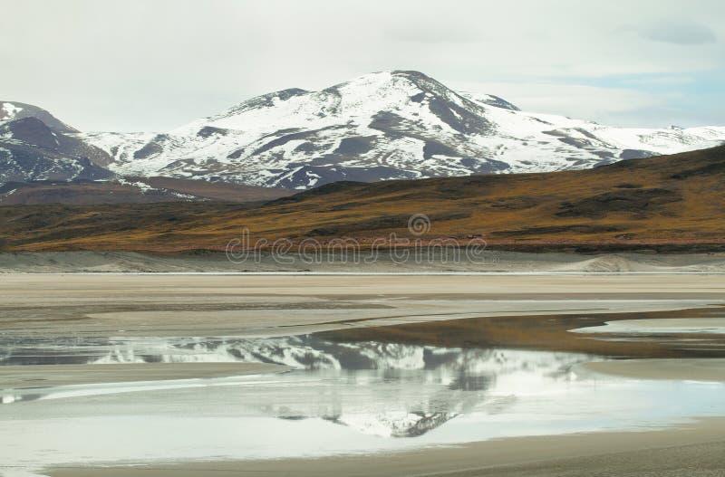 Mening van bergen en het zoute Meer van Aguas calientes in Sico-Pas royalty-vrije stock afbeeldingen