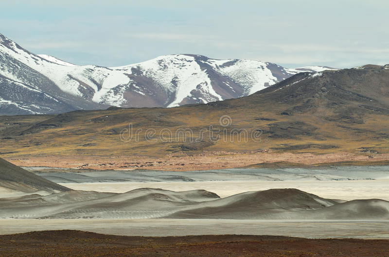 Mening van bergen en het zoute Meer van Aguas calientes in Sico-Pas, Chili stock fotografie