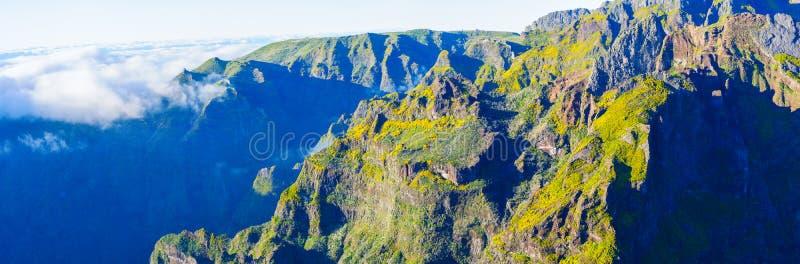 Mening van bergen op de route Pico Ruivo - Encumeada, het Eiland van Madera, Portugal, Europa royalty-vrije stock foto