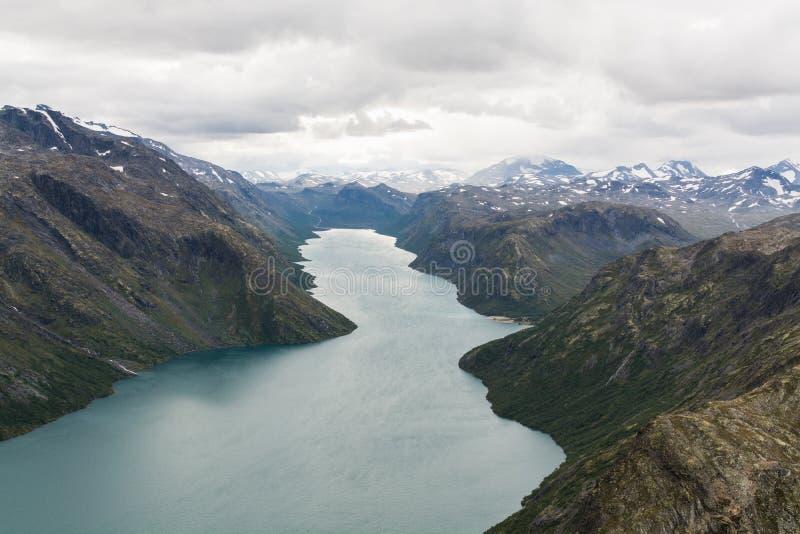 Mening van Besseggen-rand over Gjende-meer en Memurubu, Noorwegen royalty-vrije stock afbeelding