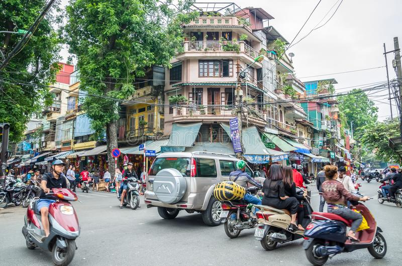 Mening van bezig verkeer in een kruising met vele motoren en voertuigen in het Oude Kwart van Hanoi, hoofdstad van Vietnam royalty-vrije stock fotografie