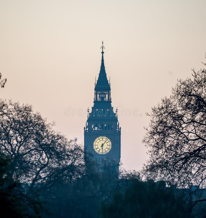 Mening van Big Ben in een nevel van Buckingham Palace vroeg in de ochtend, Londen stock foto