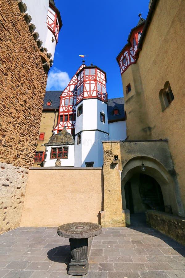 Mening van binnenlands deel van Eltz-Kasteel in Rijnland-Palatinaat, Duitsland royalty-vrije stock fotografie