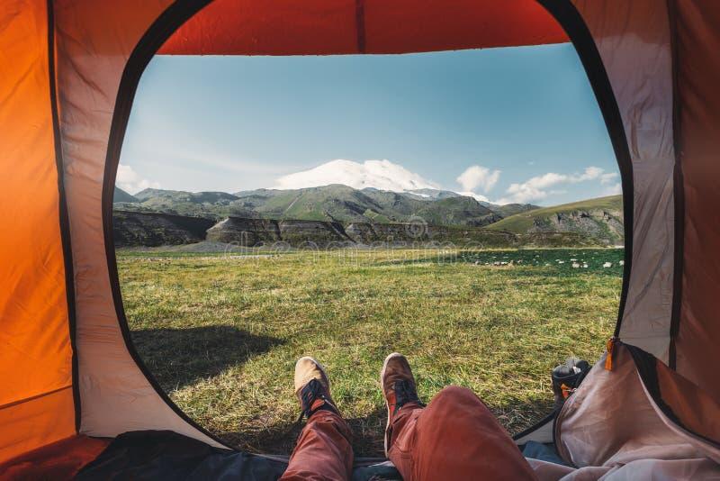 Mening van binnenuit een tent op de bergen in Elbrus Reisbestemming het Concept van het Wandelingsavontuur royalty-vrije stock fotografie