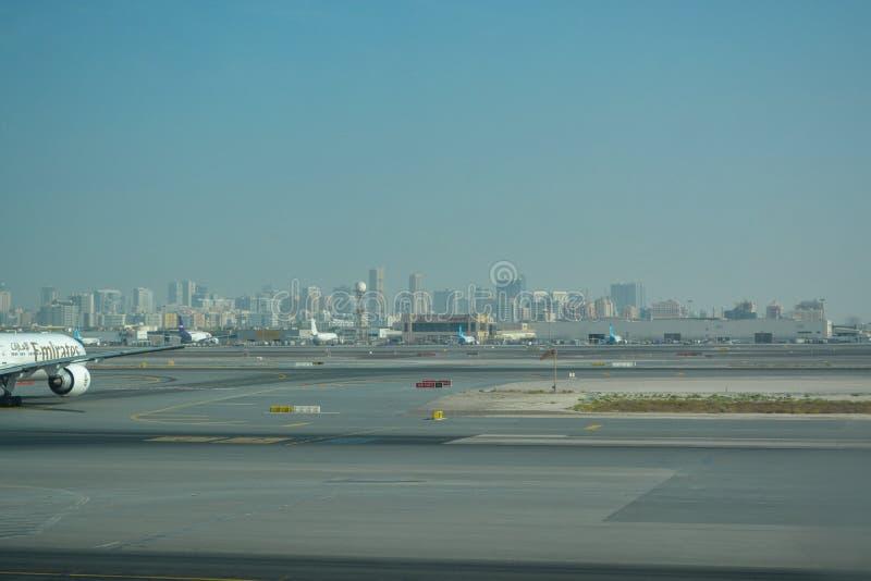 mening van binnenuit luchthaven aan landingsbaan in Doubai, met de Stad van Doubai op achtergrond royalty-vrije stock afbeelding