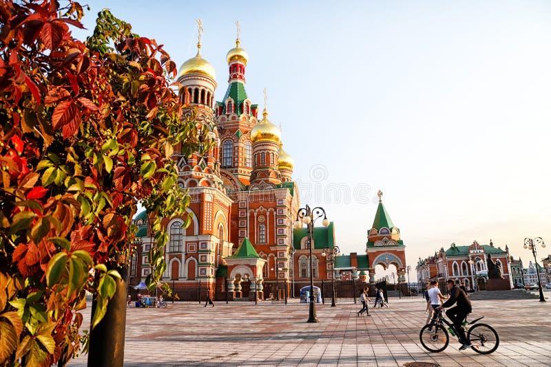 Mening van Blagoveshchenskaya Spasskaya Chirch op het vierkant van Yoshkar-Ola stad in Rusland stock foto