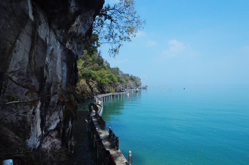 Mening van Blauwe Andaman-overzees van de holen van Maleisië royalty-vrije stock foto