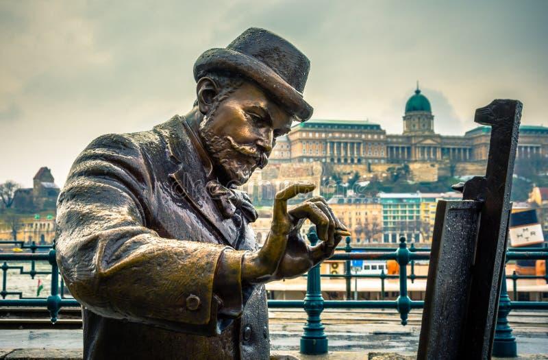 Mening van Boedapest met Standbeeld, de rivier van Donau, het paleis, Hongarije stock afbeelding