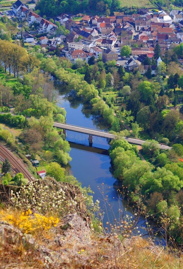 Mening van boven een dorp met een rivier en een brug royalty-vrije stock afbeeldingen