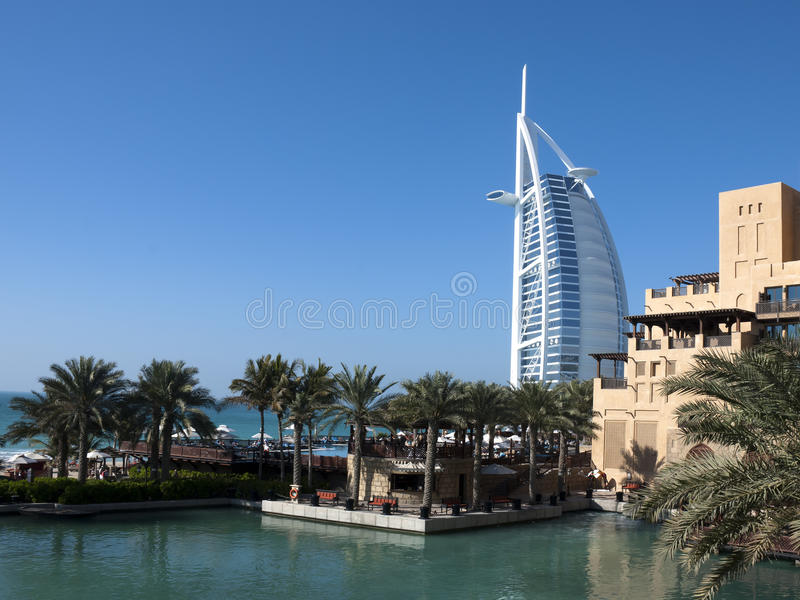 Mening van Burj Al Arabier met Mina a'Salam Hotel (1) royalty-vrije stock foto's