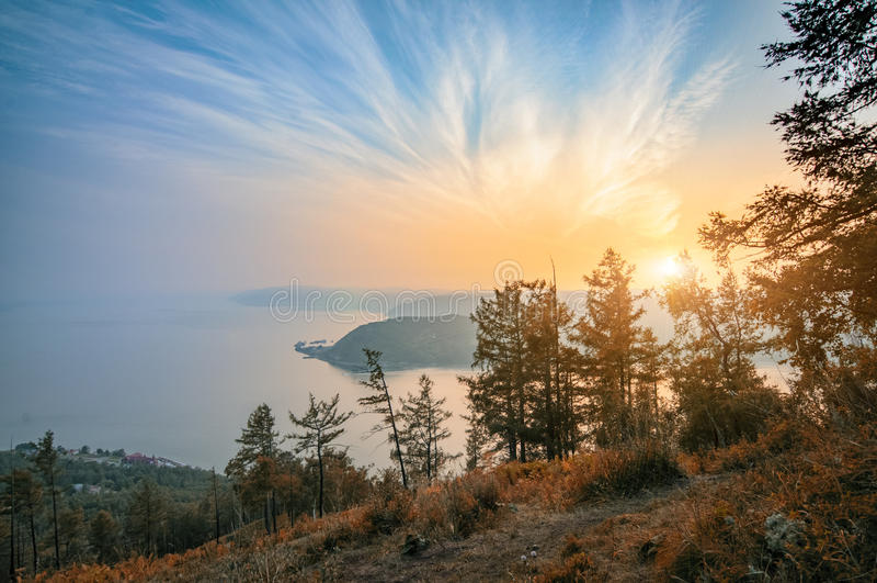 Mening van Chersky-steenheuvel, meer Baikal, Siberië, Rusland De herfstlandschap van de landschapszonsondergang royalty-vrije stock foto