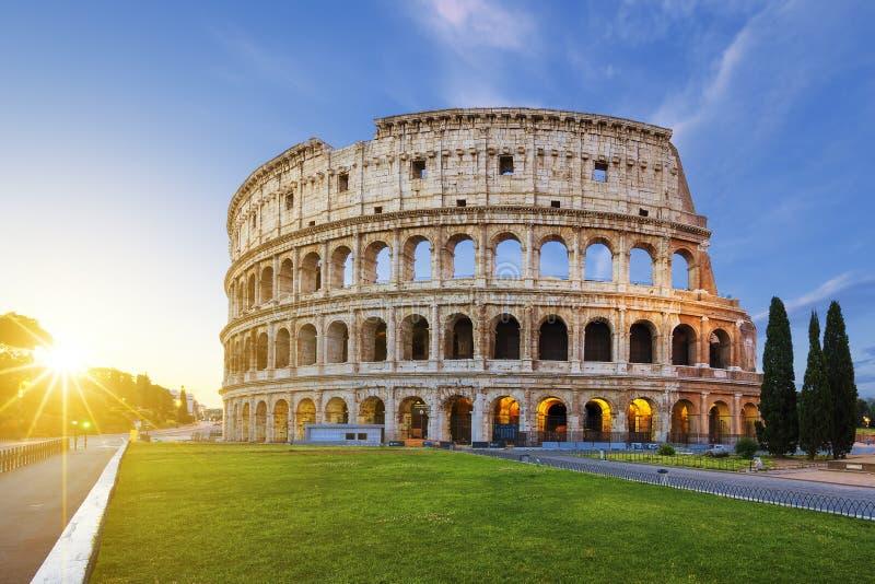 Mening van Colosseum in Rome bij zonsopgang stock afbeeldingen