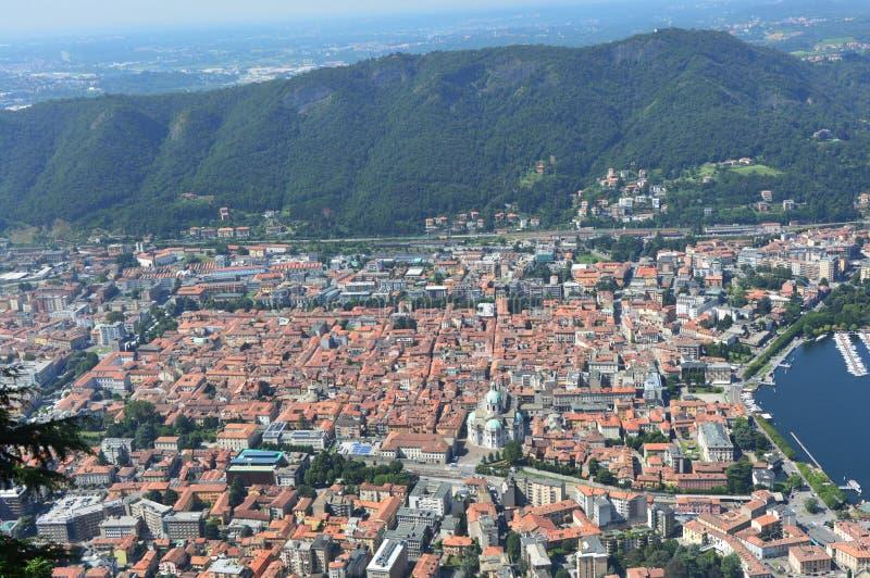 Mening van Como-stad van Brunate, panorama, gezichtspunt, belvedere, met bergen op de bodem, Como, de zomer van 2016 van Italië stock foto