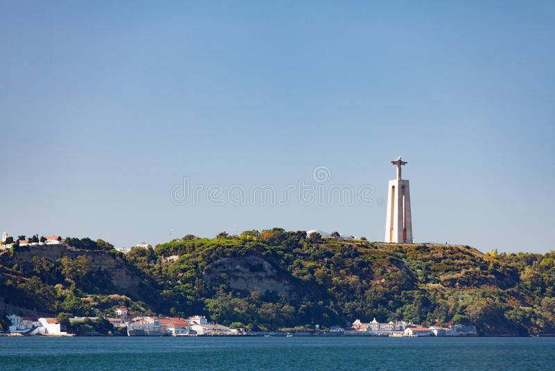 Mening van Crista Rey door Tagus van Lissabon stock foto's