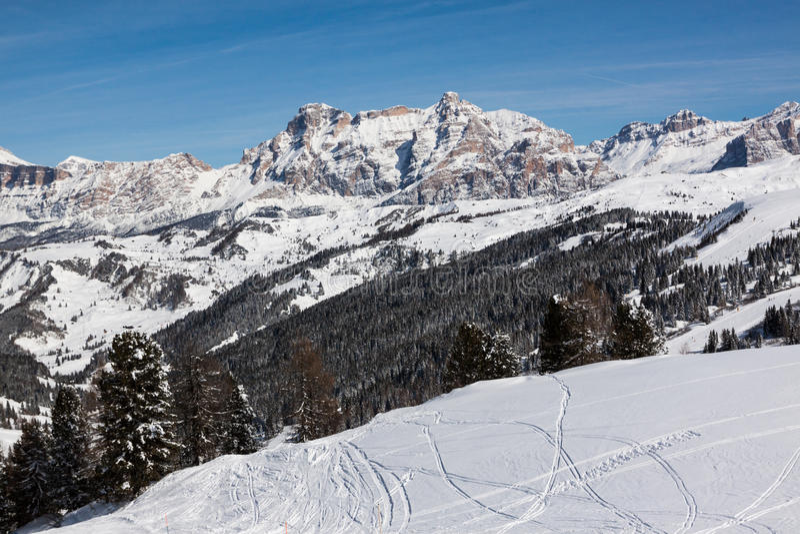 Mening van de Alpe Di Fanes klippen in de winter, met de pieken Conturines en Piz Lavarella, Alta Badia, Italiaans Dolomiet stock afbeeldingen