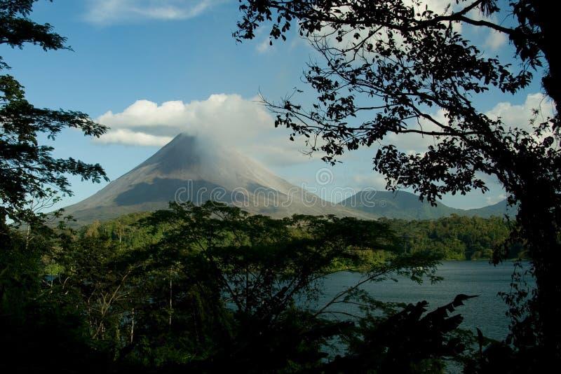 Mening van de Arenal vulkaan stock foto