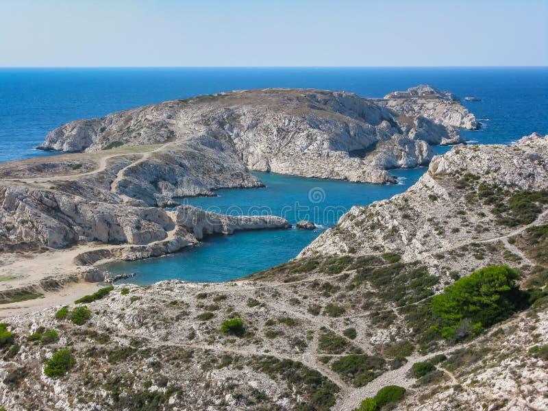 Mening van de baai en de eilanden vanaf de bovenkant van een heuvel in Marseille stock foto's
