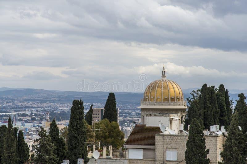 Mening van de baai van Haifa en de Bahai-tempel stock afbeelding