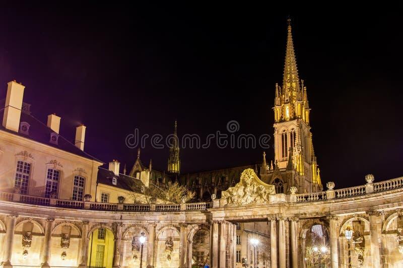 Mening van de basiliek van Heilige Epvre in Nancy bij nacht - Frankrijk stock foto's