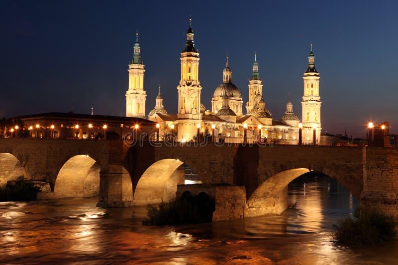 Mening van de basiliek van Virgen del Pilar en Ebro rivier,  stock afbeelding