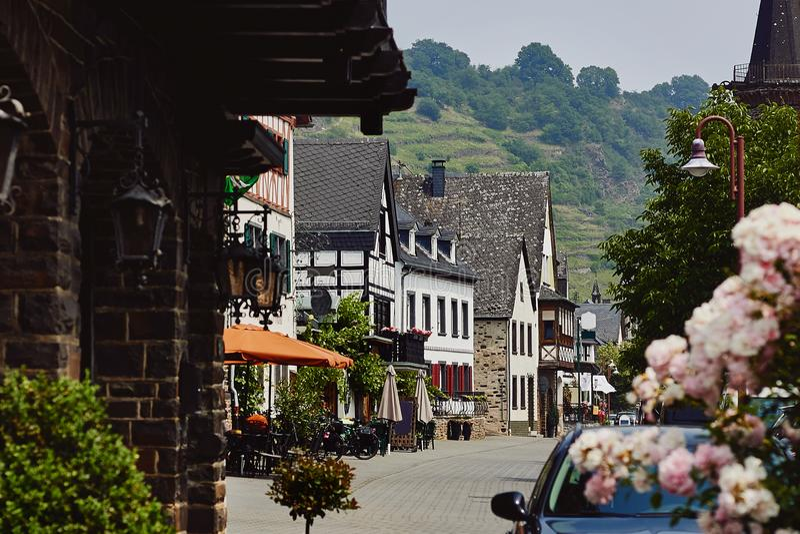 Mening van de bedekte straat met traditionele middeleeuwse huizen stock afbeelding