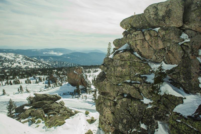 Mening van de bergen een zonnige dag stock afbeeldingen