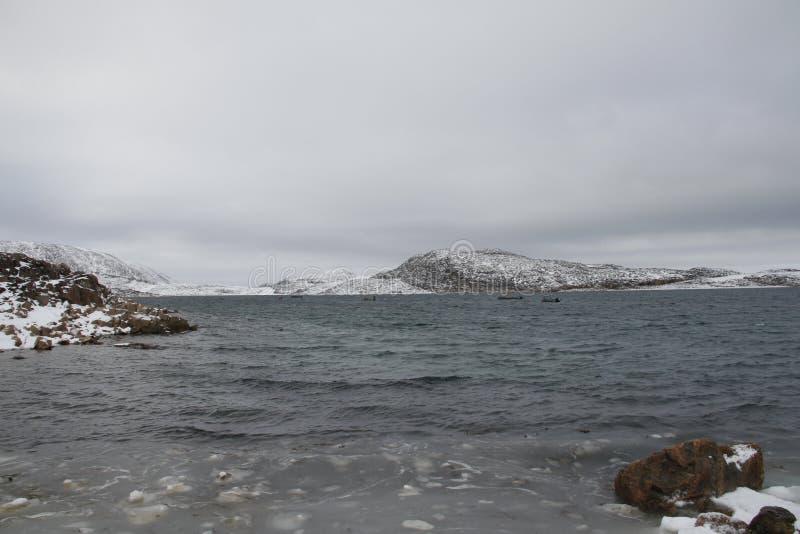 Mening van de bergen en de oceaan van Kaap Dorset, een noordelijke Inuit-gemeenschap stock afbeelding