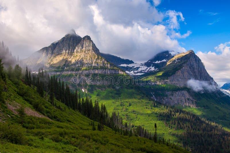 Mening van de bergen van Logan ` s Pas in Gletsjer Nationaal Park Montana stock foto's