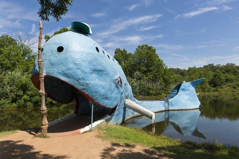 Mening van de beroemde Blauwe vinvis van weg zijaantrekkelijkheden van Catoosa langs historisch Route 66 in de Staat van Oklahoma royalty-vrije stock afbeelding