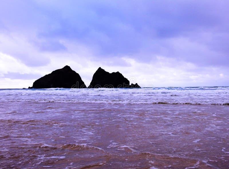 Mening van de beroemde rotsen in het overzees bij Holywell-Baai, Cornwall het UK, van de water` s rand stock afbeeldingen