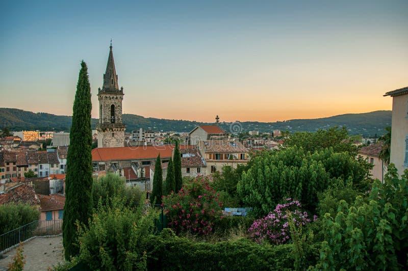 Mening van de bevallige stad van Draguignan van de heuvel van de klokketoren stock foto's