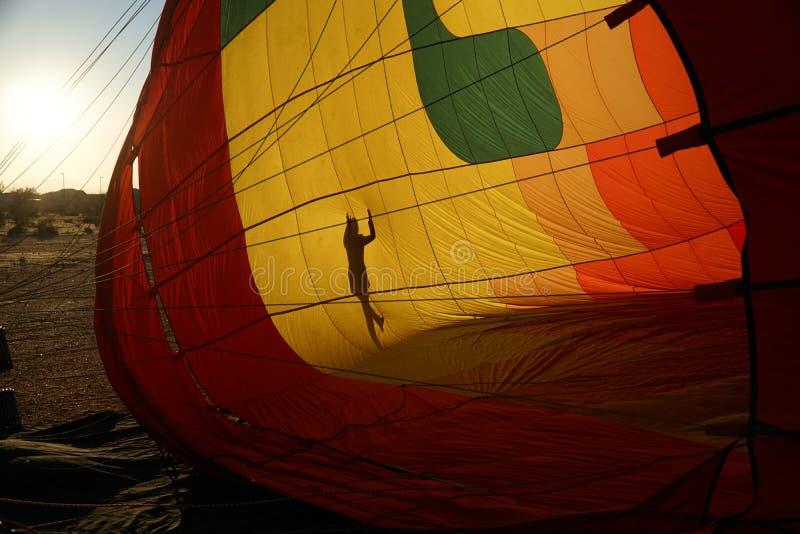 Mening van de binnenkant van een roodgloeiende luchtballon die worden opgeblazen royalty-vrije stock afbeeldingen