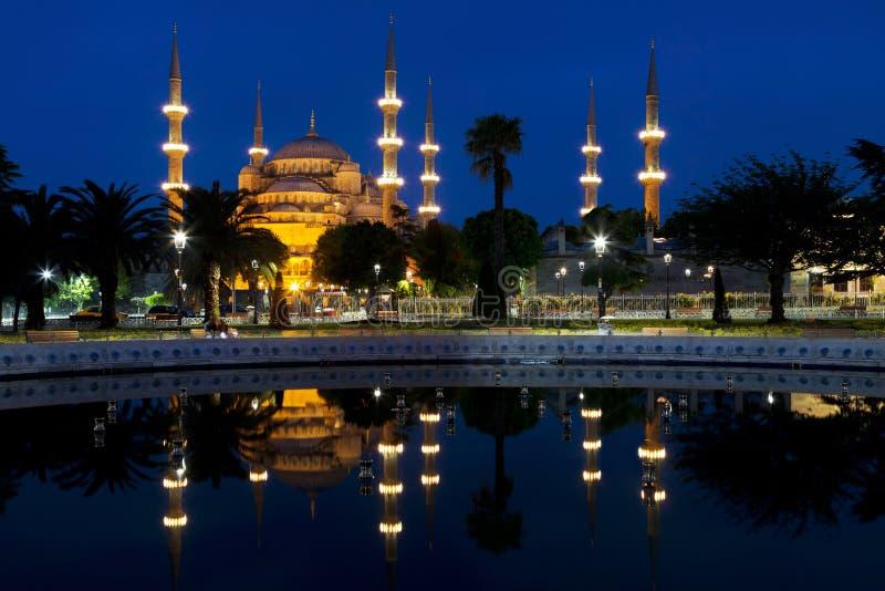 Mening van de Blauwe moskee en zijn gedachtengang in de fontein bij nacht royalty-vrije stock foto's