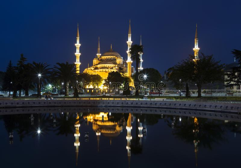 Mening van de Blauwe moskee en zijn gedachtengang in de fontein bij nacht, stock afbeelding