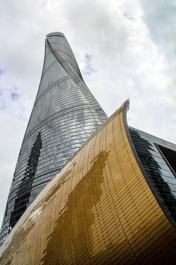 Mening van de bodem van de Toren van Shanghai stock foto's
