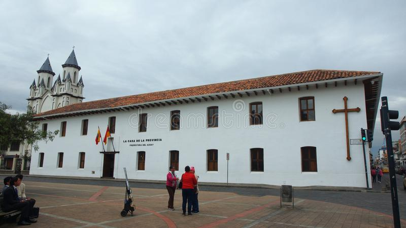 Mening van de bouw van de Prefectuur van Azuay voor het park San Blas wordt gevestigd die royalty-vrije stock fotografie