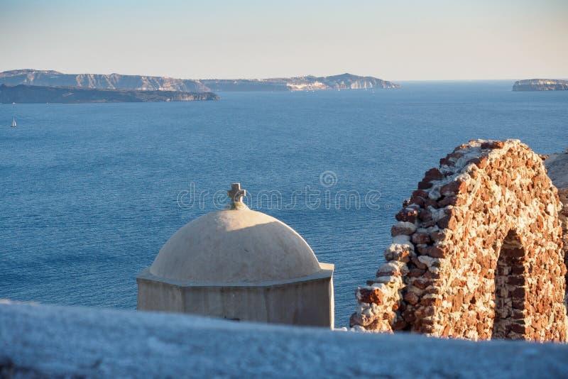 Mening van de bovenkanten van de oude Griekse kerk` s toren en de muur stock foto