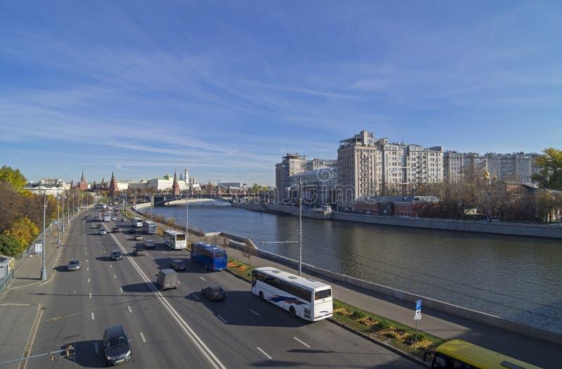 Mening van de brug aan het centrum van Moskou. stock foto's