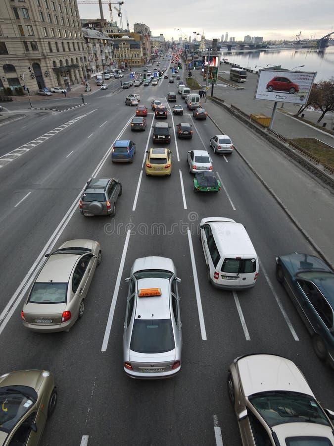 Mening van de brug aan het stadsverkeer langs de Dnieper-Rivier bij Poshtova-Vierkant in Kiev royalty-vrije stock afbeeldingen