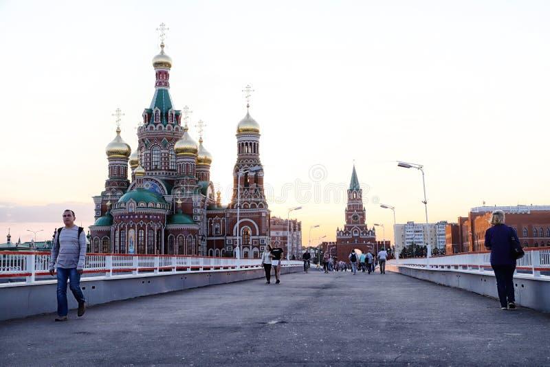 Mening van de brug die naar het stadsvierkant gaan in Yoshkar-Ola stad in Rusland stock afbeelding