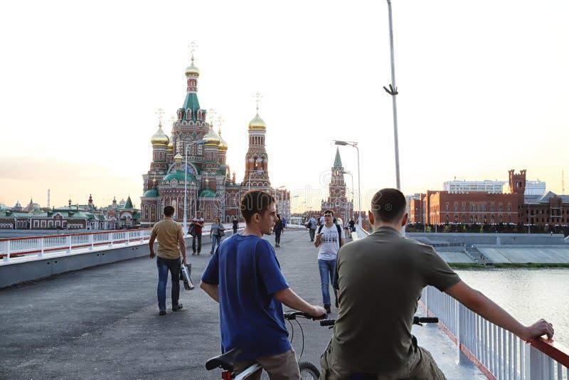 Mening van de brug die naar het stadsvierkant gaan in Yoshkar-Ola stad in Rusland stock foto's