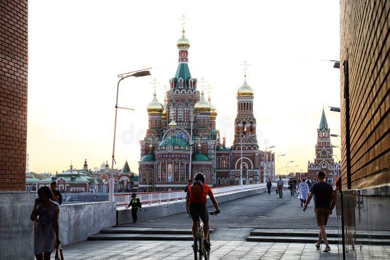Mening van de brug die naar het stadsvierkant gaan in Yoshkar-Ola stad in Rusland royalty-vrije stock afbeelding