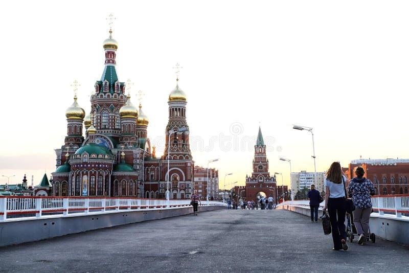 Mening van de brug die naar het stadsvierkant gaan in Yoshkar-Ola stad in Rusland stock afbeeldingen